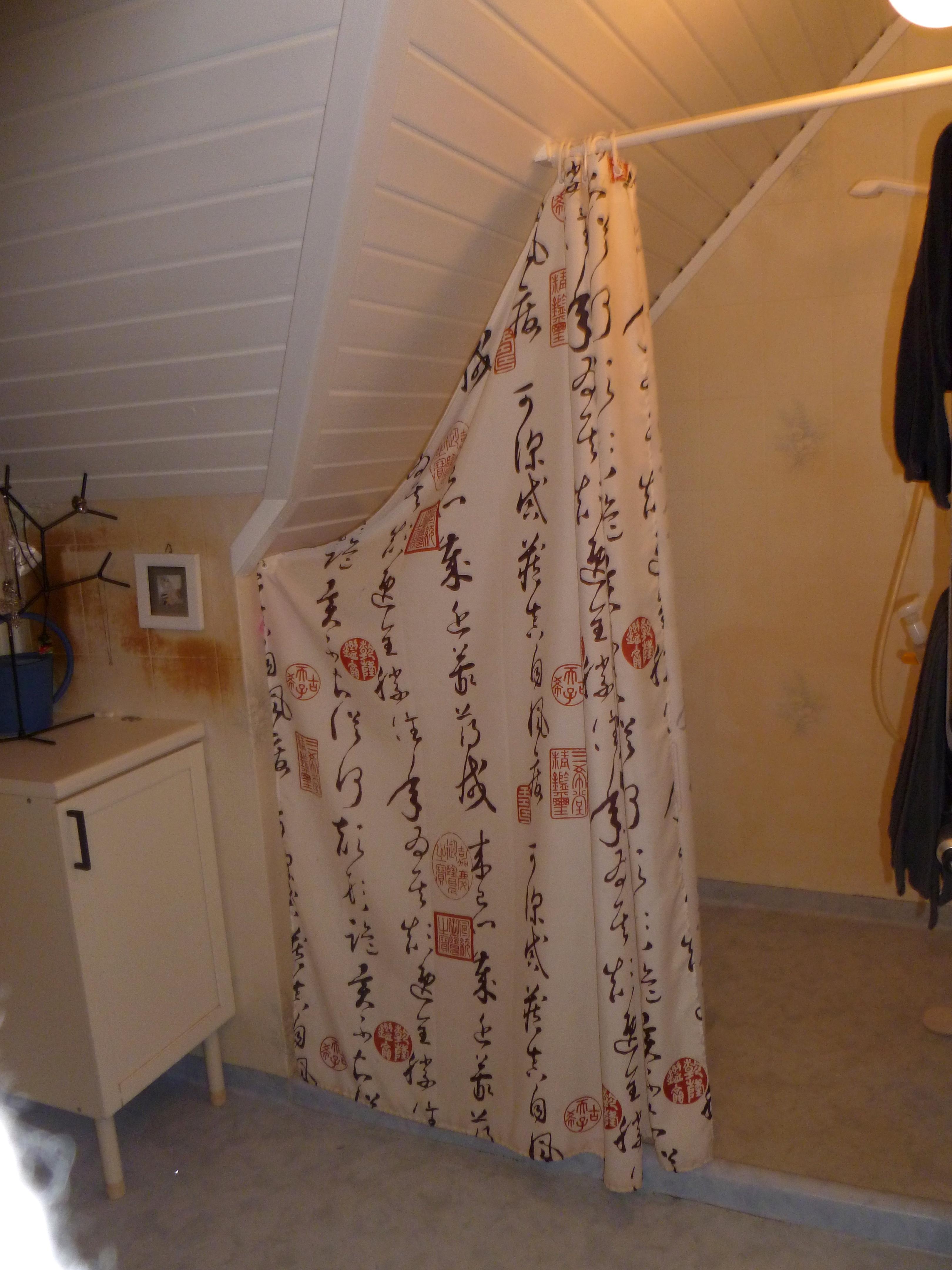 Vitt Furutak : duschen hade vi ett duschdraperi som inte passade i snedtaket