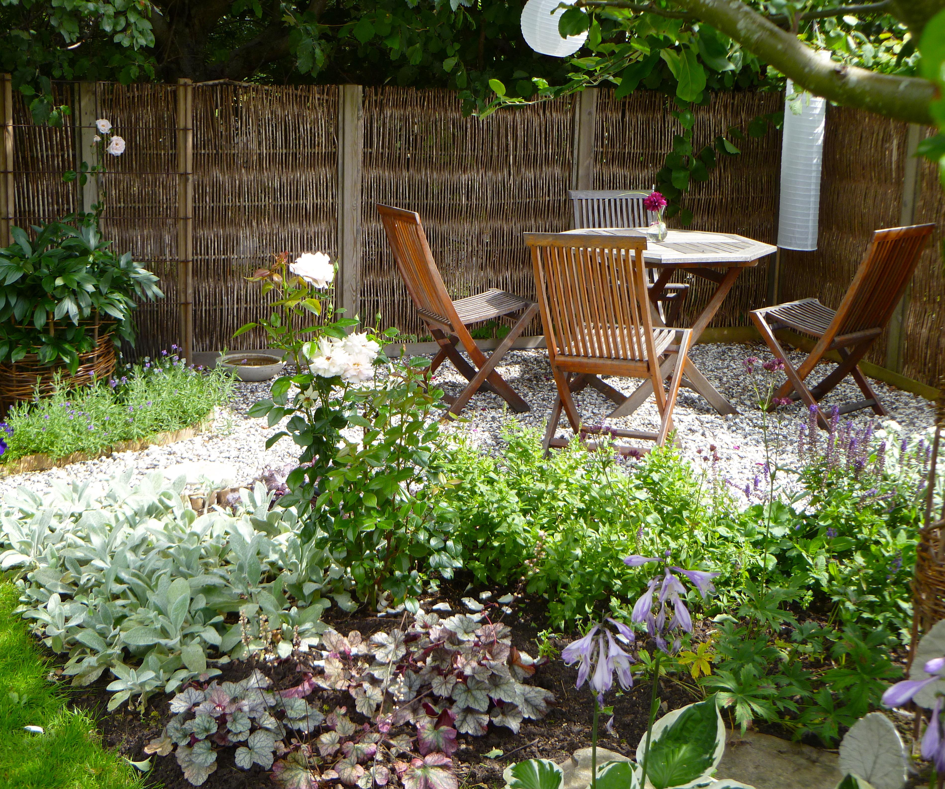 Vi har ytterligare en uteplats i ena hörnet av trädgården. Det är ...